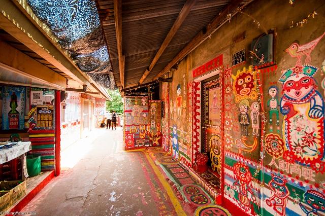 Ngôi làng thu hút du khách nhờ những bức tường sống động bởi những bức ảnh đầy màu sắc