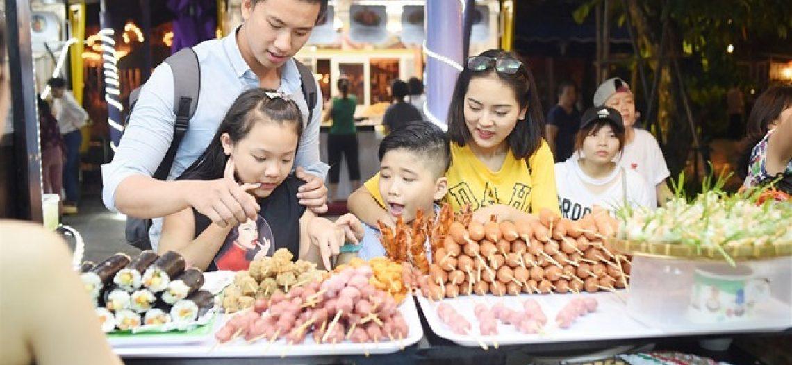 """""""Càn quét"""" những con phố ăn đêm nổi tiếng ở Quy Nhơn dịp Tết"""