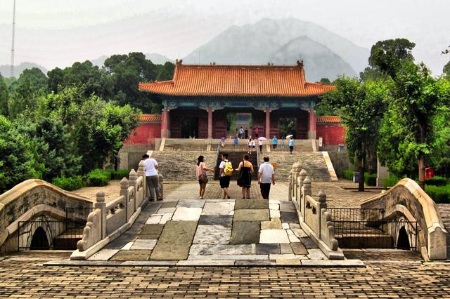 Khu lăng mộ nhà Minh hằng năm thường thu hút một lượng lớn du khách và người dân ghé thăm