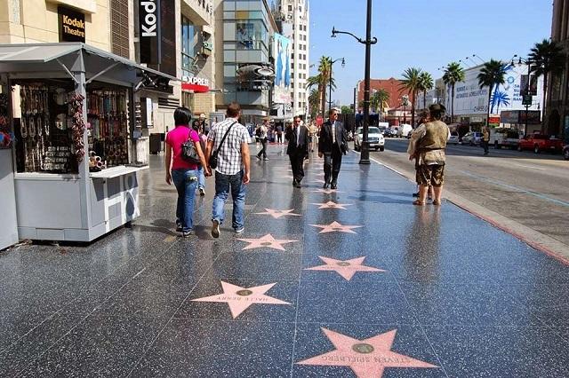 Những ngôi sao danh vọng trải dài dọc theo đại lộ Hollywood
