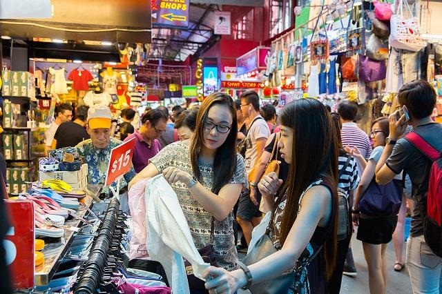 Hoạt động mua sắm diễn ra sôi nổi tại phố đi bộ Bugis